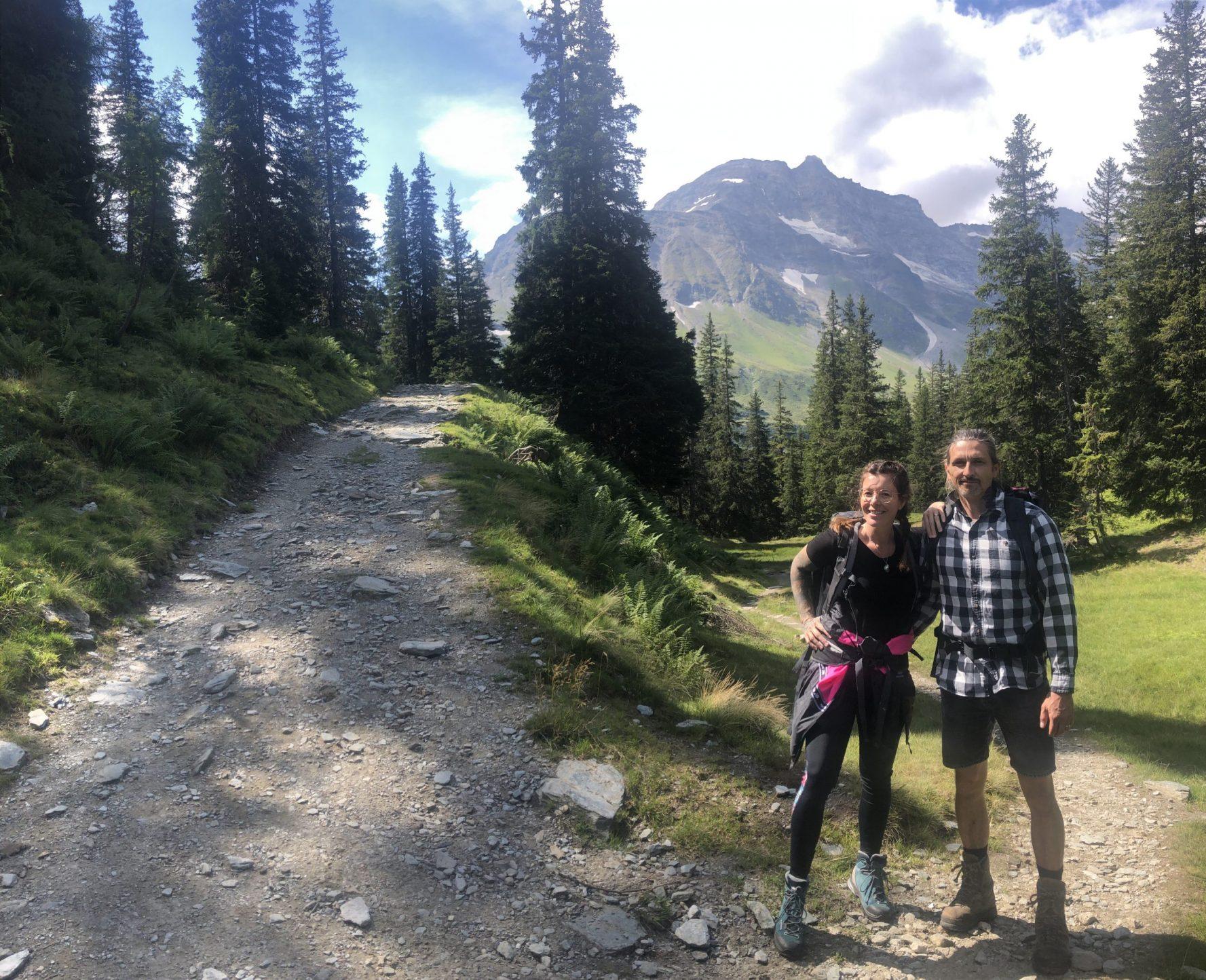 zwei Personen beim Wandern
